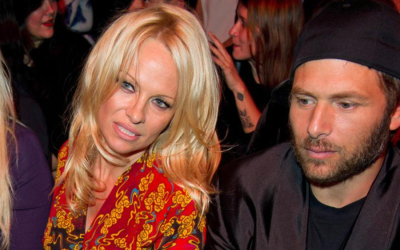 Памела Андерсон в третий раз развелась с покеристом